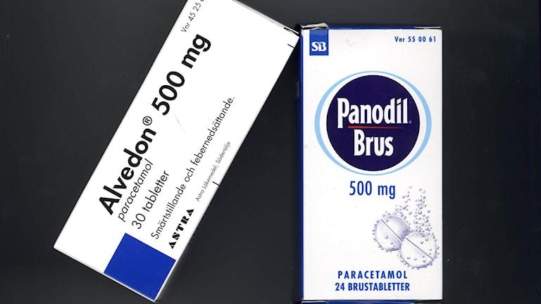 Askar med läkemedel som innehåller STOCKHOLM 7NOV98 - Varje år dör 25 människor efter att ha använt värktabletter fel och nu skärper Läkemedelsverket varningstexterna på preparat som innehåller paracetamol. Foto: Scanpix.