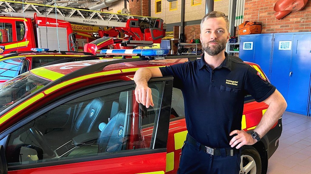 Anders Markus vid Räddningstjänsten står vid ett utryckningsfordon