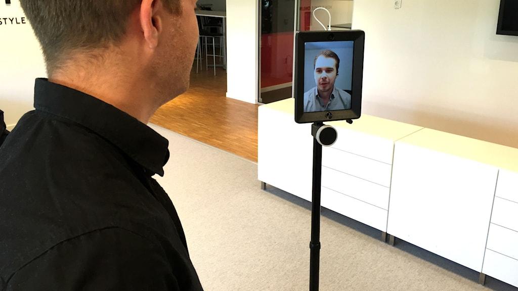Kristoffer Lindvall på företaget Stayhard som telenärvarobot