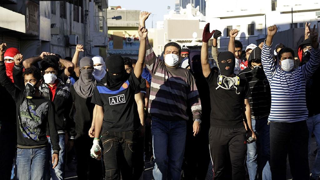 Demonstranter i Bahrain ropar slagord efter torsdagens sammandrabbningar med polis. Foto: Hasan Jamali/Scanpix.