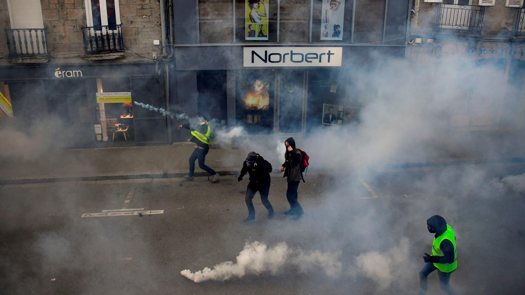 Tre påkörda vid Gula västarna-protest - Europa - Utrikes  8baaff7eb2448