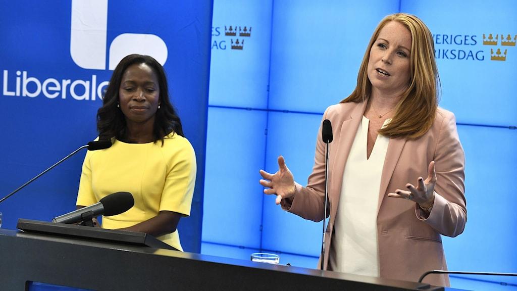 Nyamko Sabuni (L) och Annie Lööf (C) på presskonferens om skattesänkningar.
