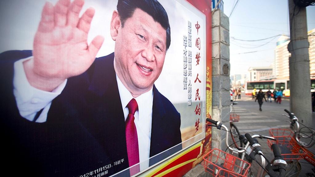 KInas rpesident Xi Jinping syns på anslagstavla i Beijing.