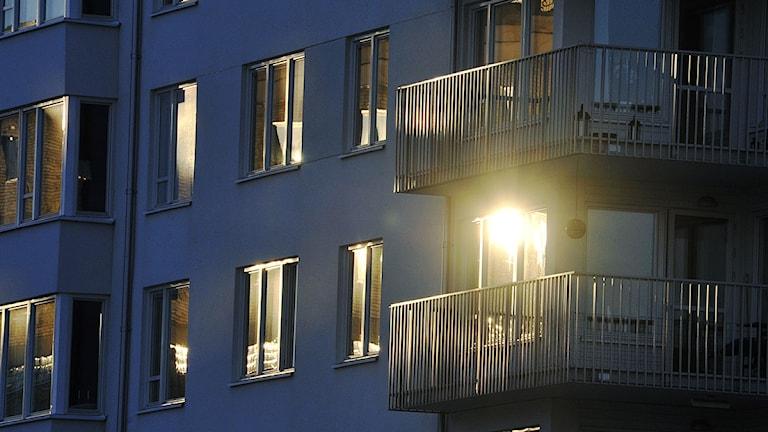 Solen speglar sig i ett bostadshus. Foto: Hasse Holmberg/Scanpix.