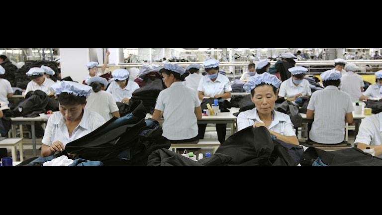 Nordkoreanska arbetare på en sydkoreanskt ägd fabrik i Kaesong. Foto: Jean H. Lee/Scanpix
