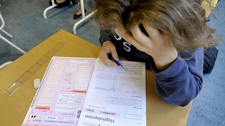 Ung kvinna gör högskoleprov på Östra Reals gymnasium. Arkivfoto: Gunnar Lundmark/Scanpix.