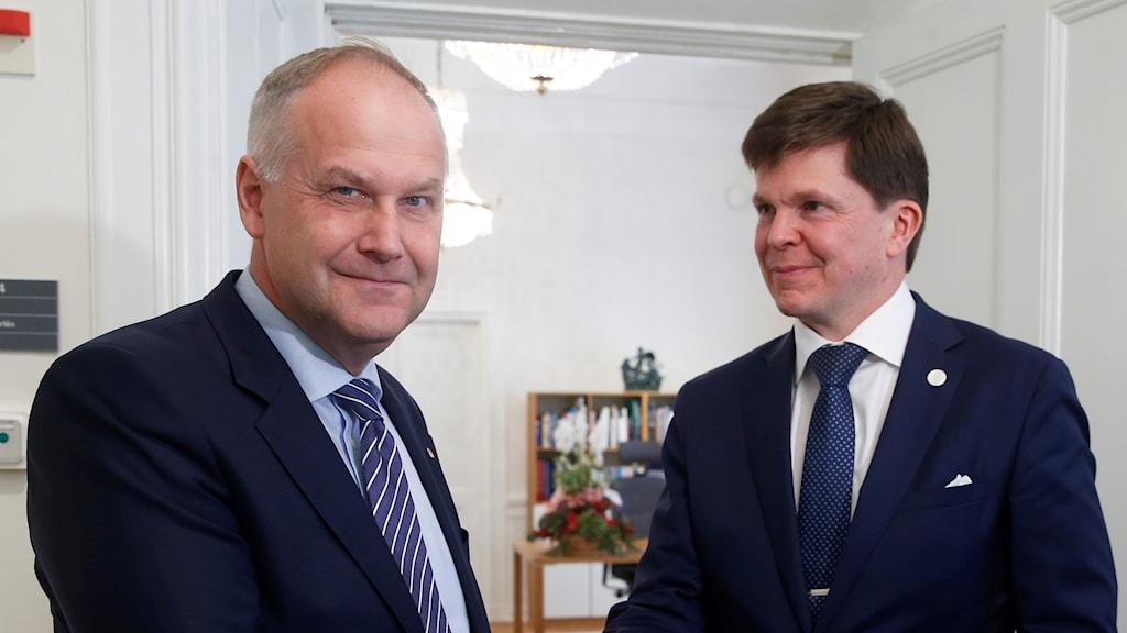 Jonas Sjöstedt och talmannen Andreas Norlén.
