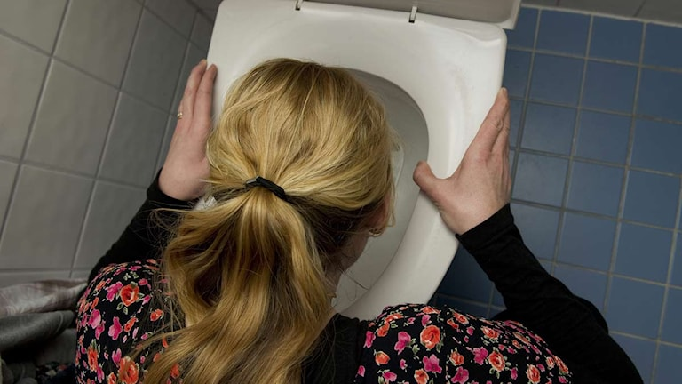 Kvinna kräks. Foto: Jonas Ekströmer/Scanpix