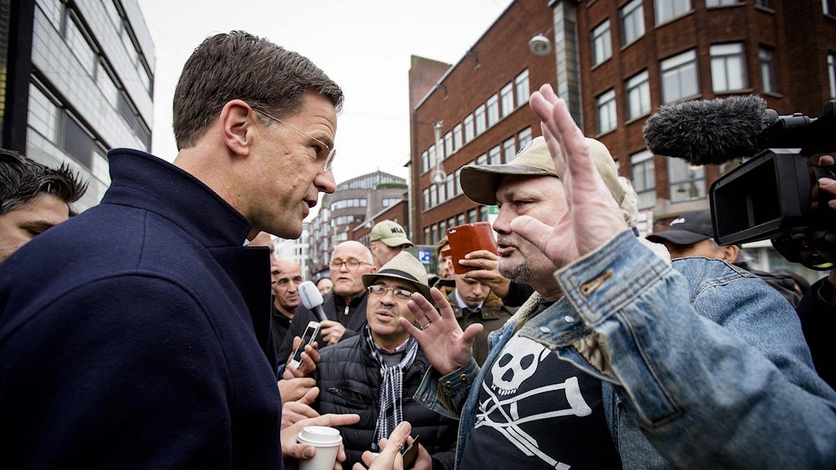 Premiärminister Mark Rutte i samtal med en väljare i valkampanjens slutspurt i Haag.