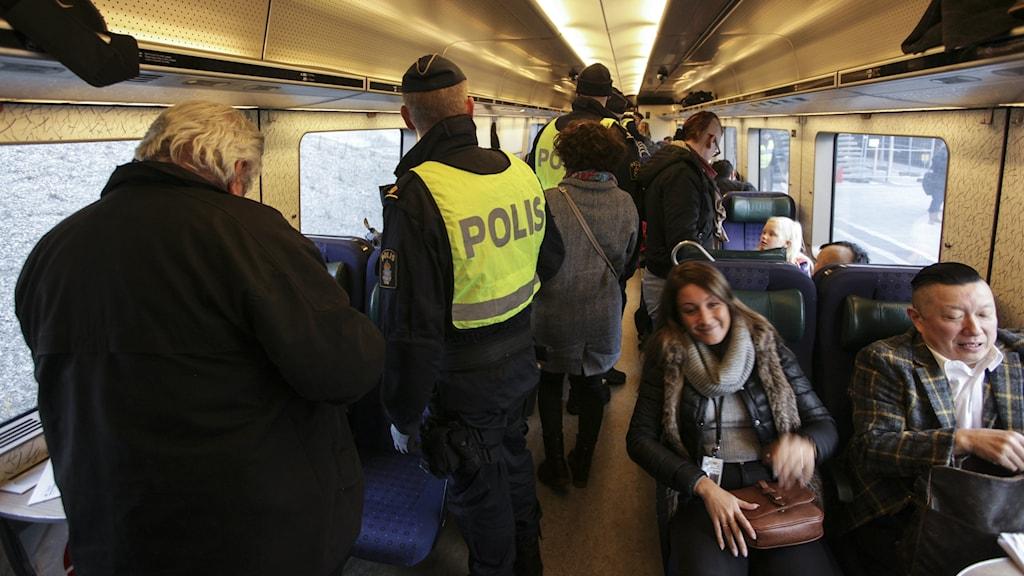 Bilden visar polis ombord på ett Öresundståg, som gör passkontroll i Hyllie, i Malmö. Foto: Stig-Åke Jönsson/TT.