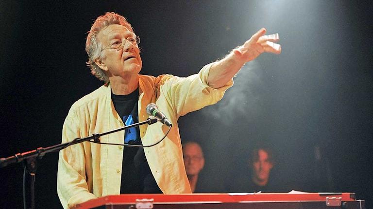 Arkivbild: Ray Manzarek, The Doors organist, uppträder på en festival. Foto: Chris Pizzello/Scanpix/TT