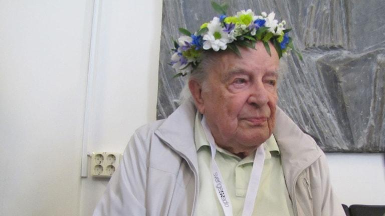 Ingvar Kjellson med en krans på huvudet. Foto: Dervis Kilic/Sveriges Radio.