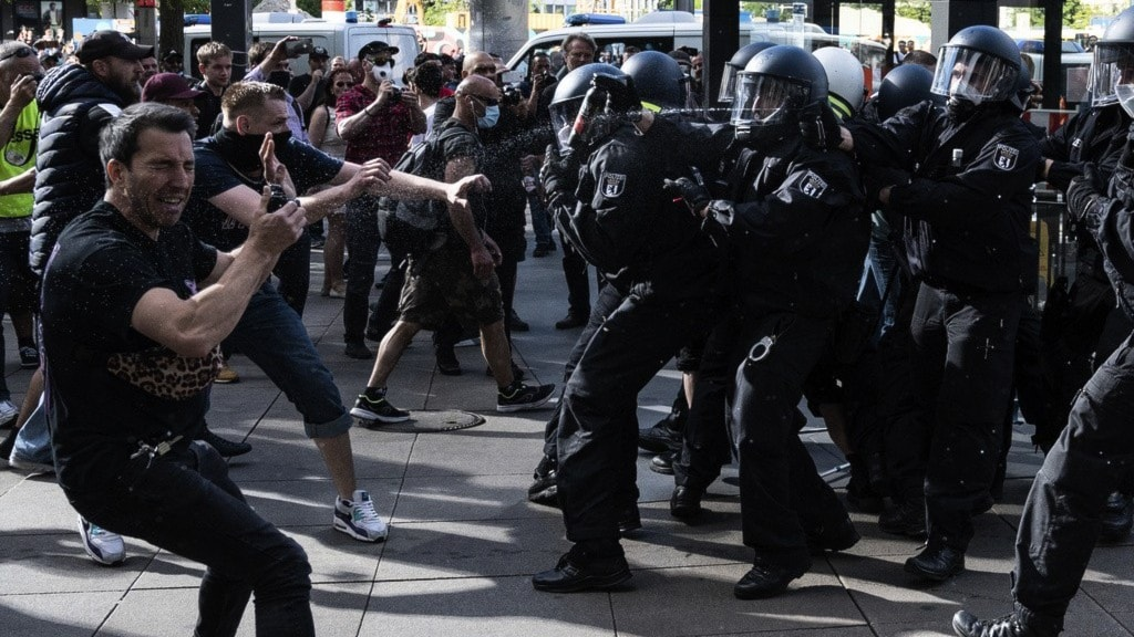Polis ingriper mot coronademonstranter i Berlin.