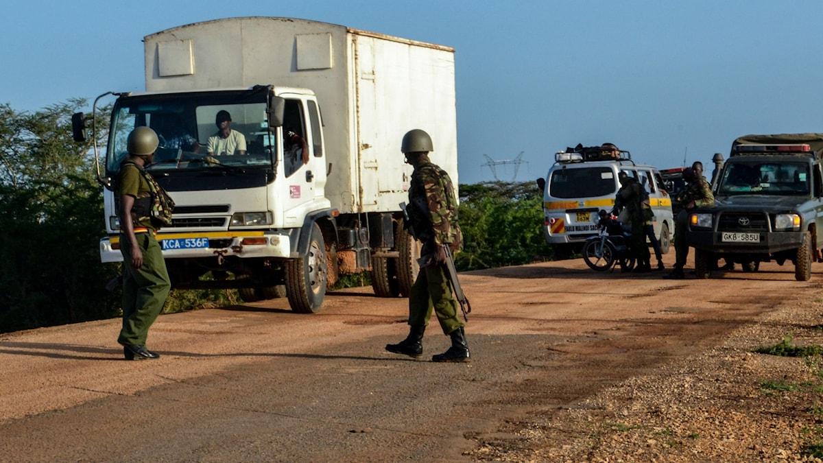 Militär kontrollerar lastbil i sydöstra Kenya
