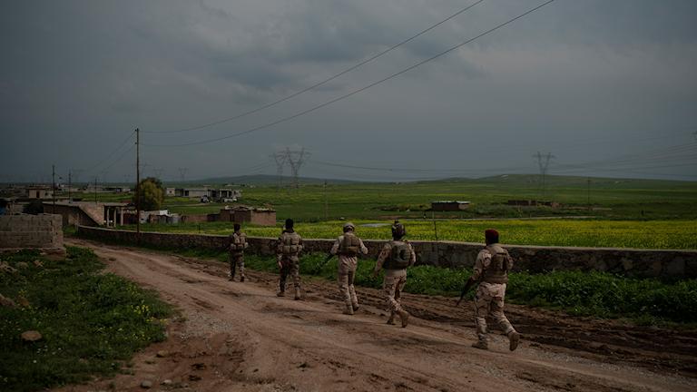 Irakiska soldater patrullerar utanför Bagoush