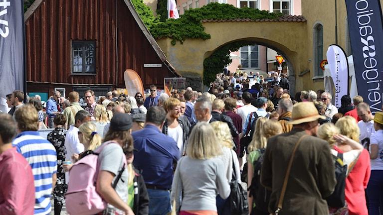 Donnersgatan i Visby full av besökare under Almedalsveckan. Foto: Henrik Montgomery/TT