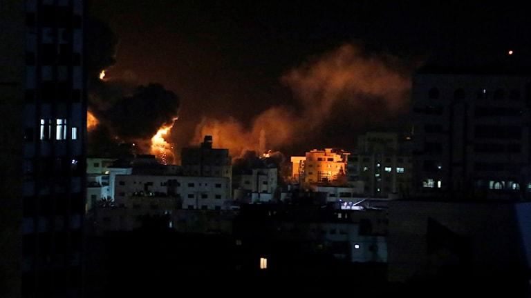 Explosion sedd från byggnad i Gaza city.
