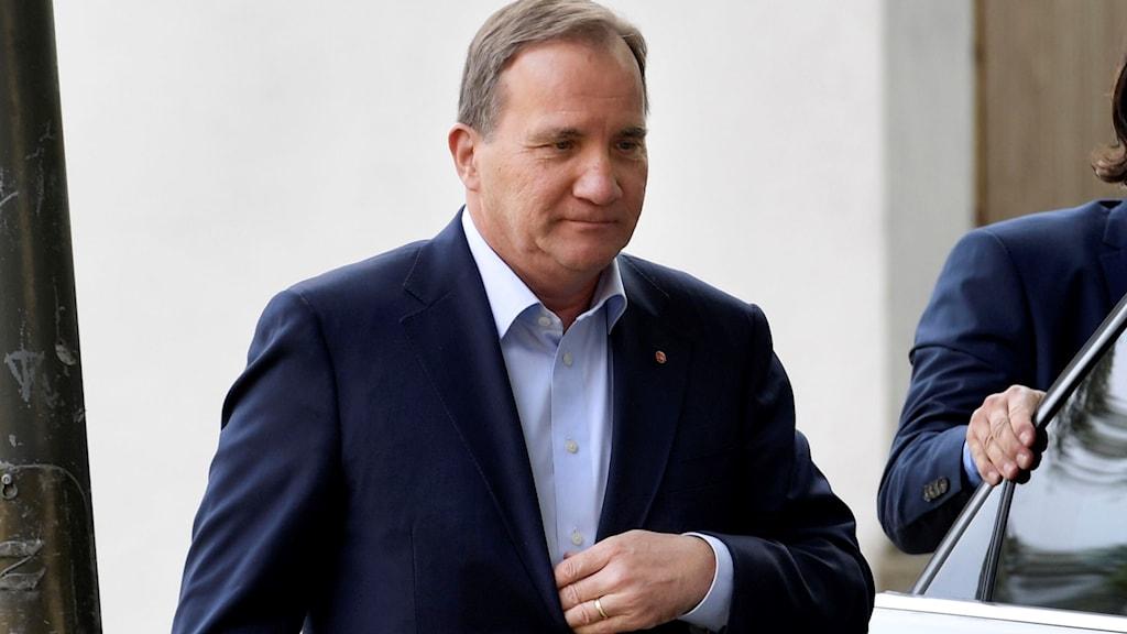 Stefan Löfven på väg till presskonferens i Almedalen