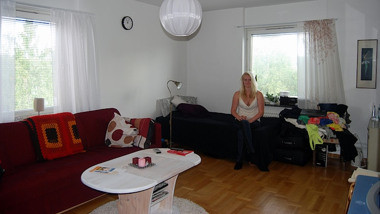 Studenten Tova Becker från Markaryd i Småland hyr tillfälligt en säng i en etta i Luleå. Om hon inte får tag på något boende kommer hon inte kunna påbörja sina studier. Foto: Lisa Linder Lindberg/Sveriges Radio.