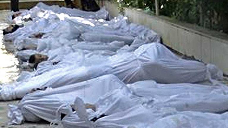 Döda kroppar efter en misstänkt gastattack utanför Damascus i Syrien.