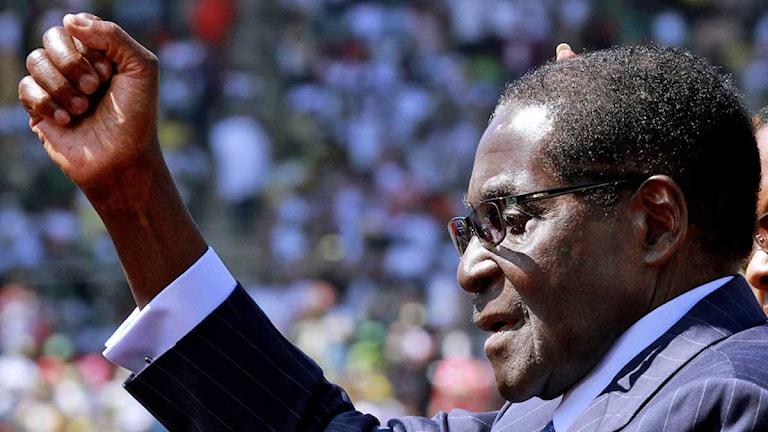 Robert Mugabe håller sin upp en knuten näve under presidentinvigningen