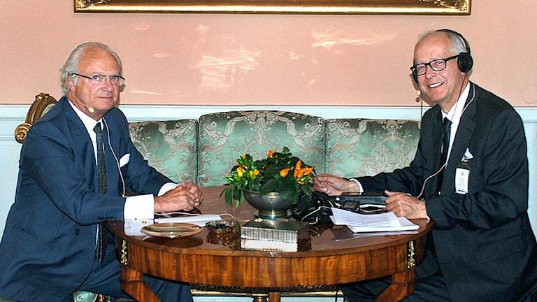 Kung Carl XVl Gustaf i samtal med Ekots reporter Bengt Hansell. Foto: Bertil Ternert/Hovet.