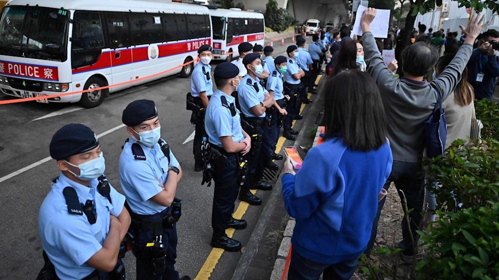Pro-demokratiska demonstranter utanför domstolen i Hongkong