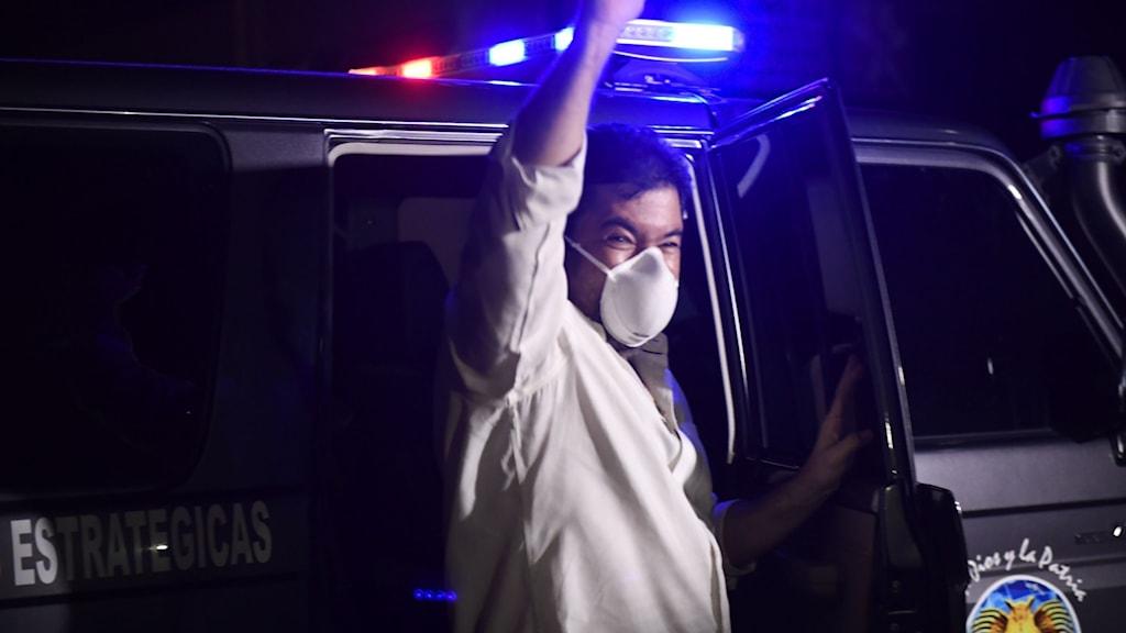 Opposotionsledaren Guaidós stabschef Roberto Marrero jublar efter benådning.