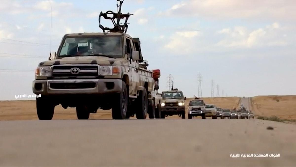 En stillbild från ett filmklipp från LNA, där militärt rustade fordon färdas i konvoj. Filmklippet publicerades före eldstriderna i Gharyan på onsdagen.