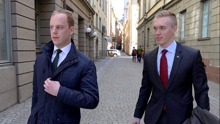 Två kostymklädda män.