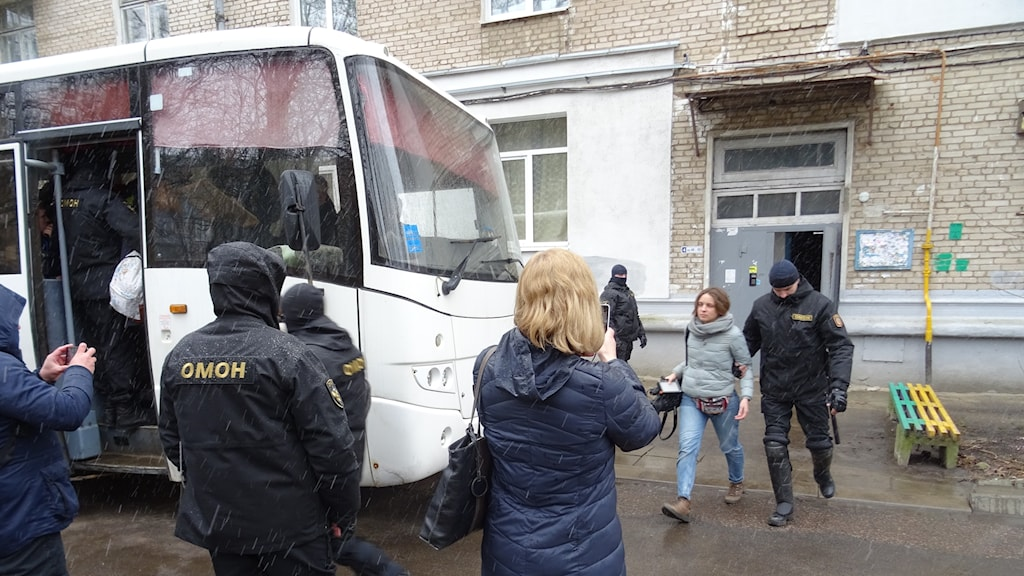 Även ackrediterade journalister som fanns på Vjasnas kontor greps av polisen.