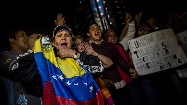 Anhängare av oppositionen i Venezuela visar sitt stora missnöje.