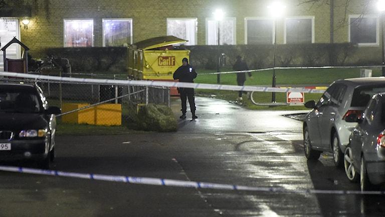 Bilden visar polisens avspärrningar på en parkeringsplats Ramels väg sedan en 23-årig man dödats i en skottlossning på kvällen den 30 mars 2017. Foto: Björn Lindgren/TT.