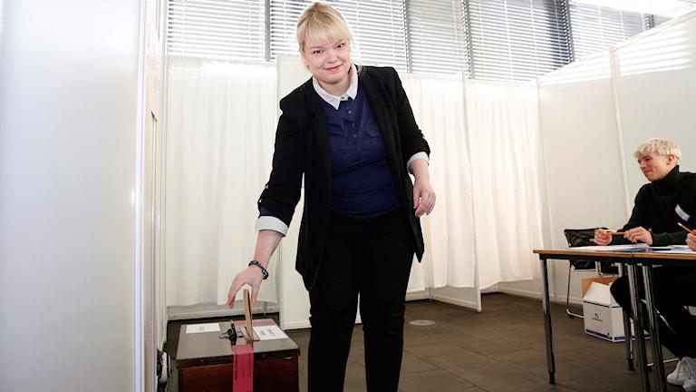 En kvinna röstar i parlamentsvalet på Island
