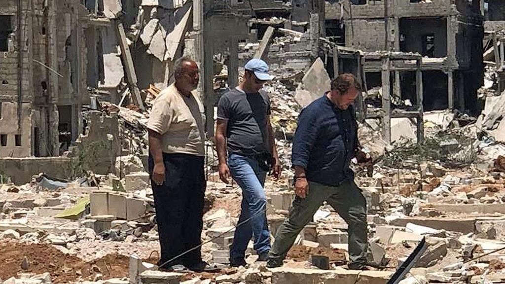 Gravplatsen i Yarmuk med dödgrävaren Abu Hussein Ali till vänster.