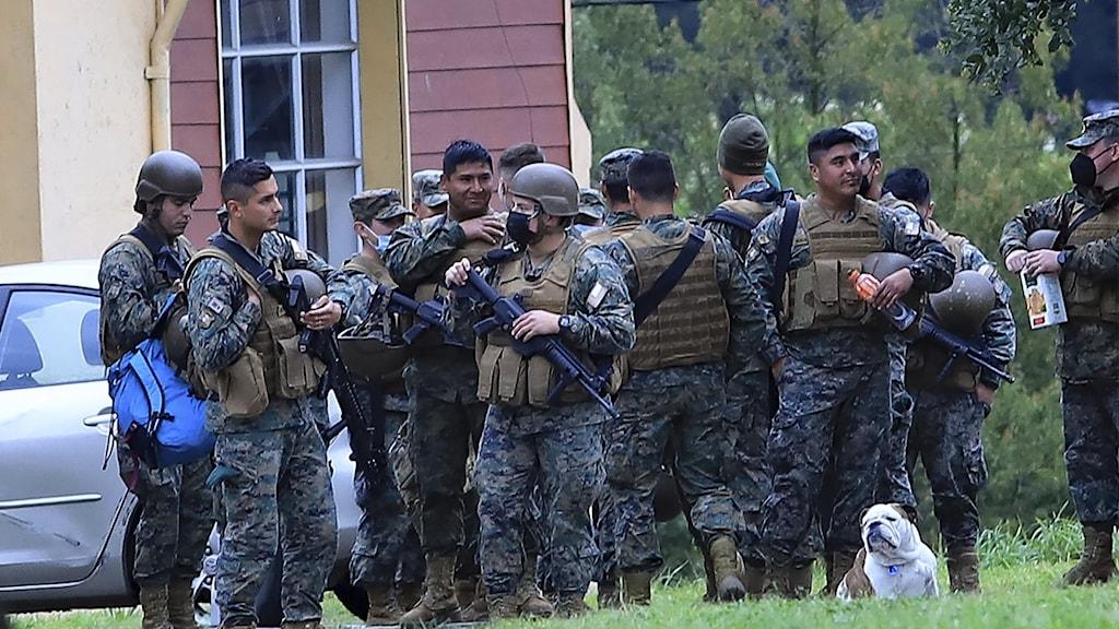 """Soldater samlade i samband med undantagstillståndet i """"mapuche-land""""."""