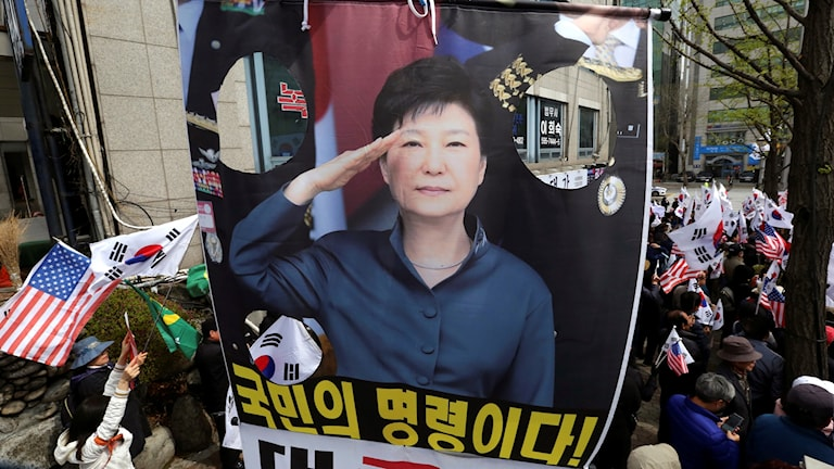 Anhängare till Park Geun-hye med ett porträtt av den avsatta presidenten.