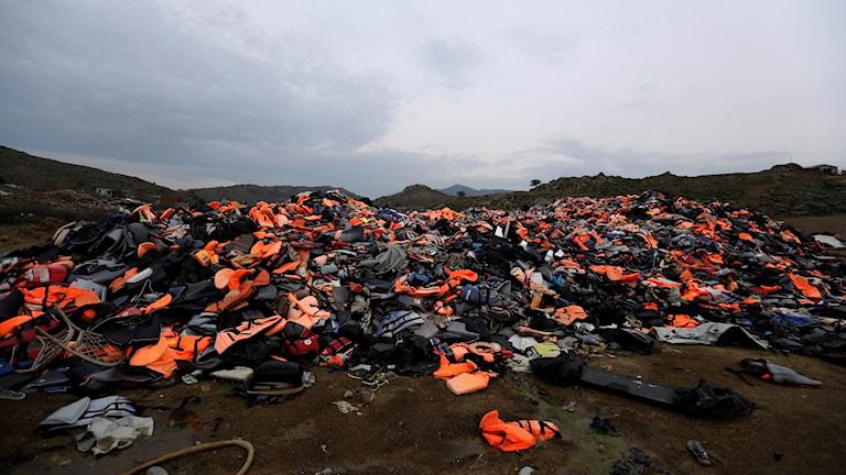 En hög med flytvästar på den grekiska ön Lesbos