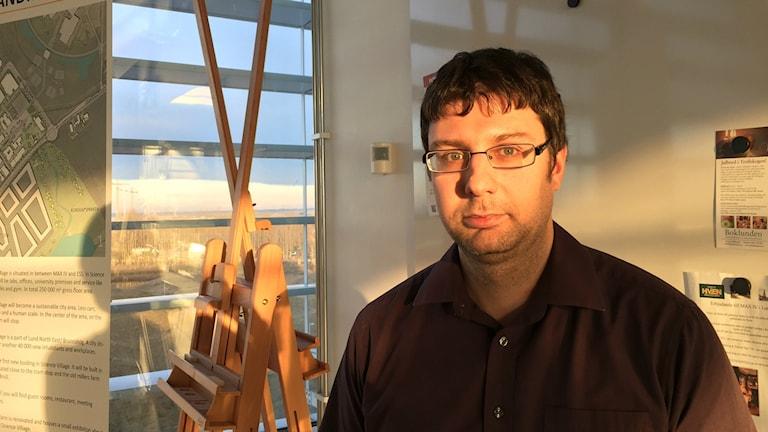 Bilden visar Andrey Shavorskiy, en av forskarna på Max IV-laboratoriet i Lund. Fotograferad i ett soligt rum inne på anläggningen. Foto: Anna Bubenko/Sveriges Radio.