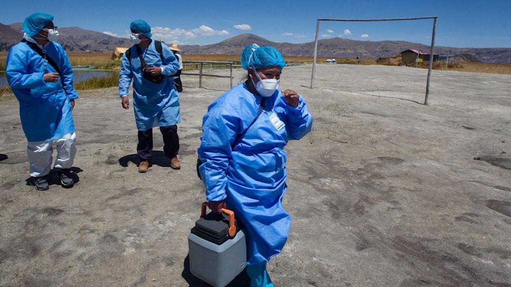 doktor med en väska med vaccin i