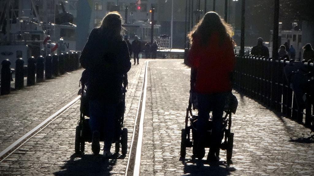 Två mammor med barnvagnar
