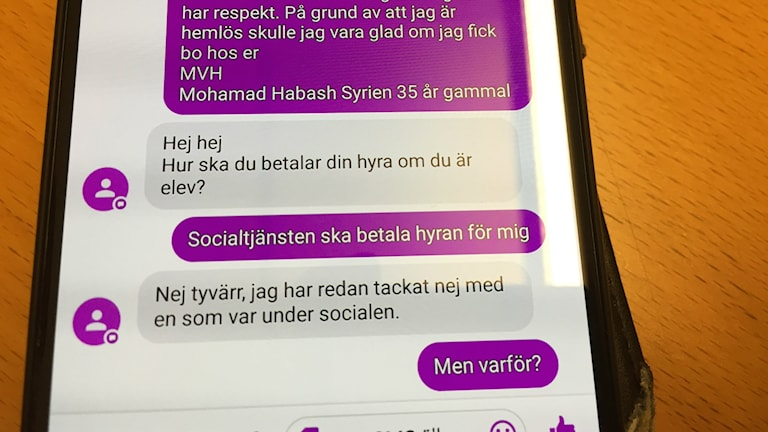 Bilden visar en sms-konversation mellan Mohamad Habash och en person som har ett rum att hyra ut. Hyresvärden vill inte hyra ut om socialtjänsten betalar. Foto: Anna Bubenko/Sveriges Radio.