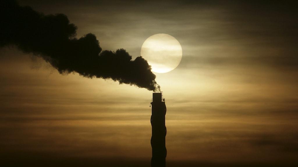 rök från skorsten på värmeverk