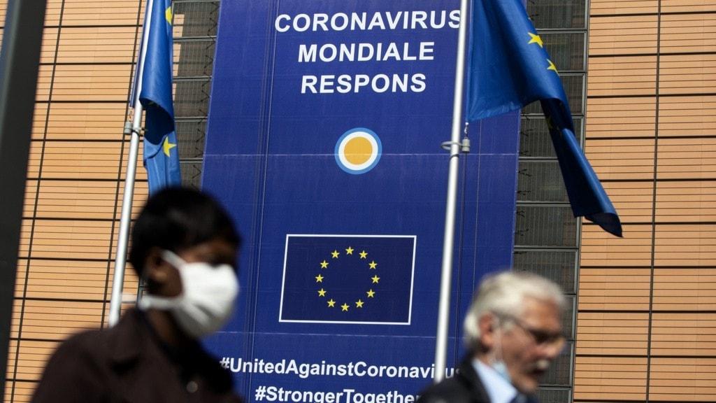 Två personer utanför eu-komissionen.