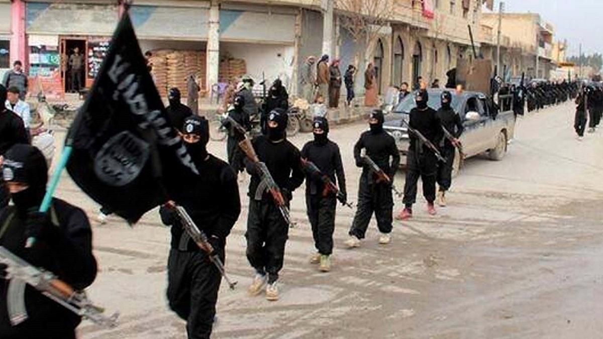 IS-krigare som marscherar.
