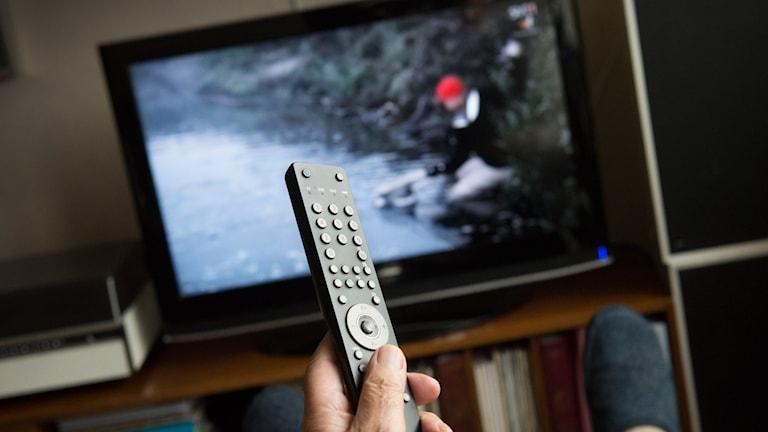 Tv-skärm och fjärrkontroll.