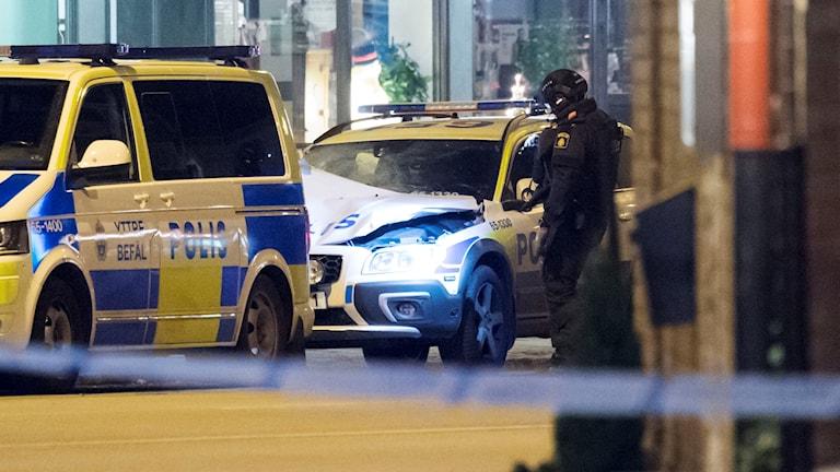 Polisens bombtekniker undersöker bilen i Malmö
