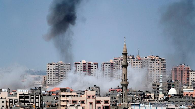 Rök efter raketattack i Gaza.