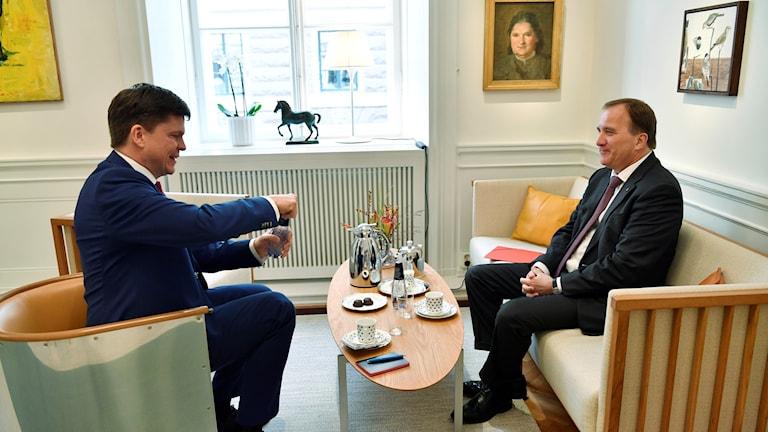 Andreas Norlén, af hayeenka baarlamanka oo qaabilay Stefan Löfven, hoggaamiyaha xisbiga Socialdemokraterna.