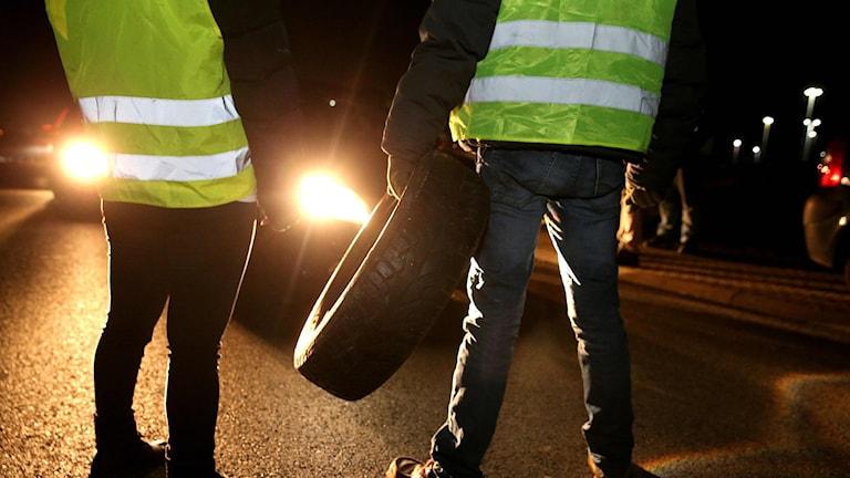 Demonstranter försöker stoppa bilar i den franska staden Reims.